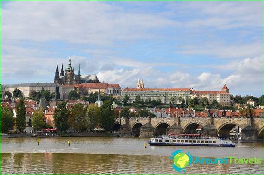 Näkymä Kaarlen siltaan ja Prahan linnaan