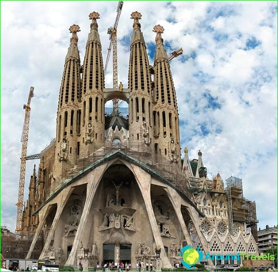 Holy Family Cathedral. Portalen för Kristi passion