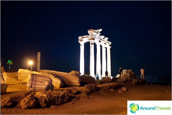 Jäännökset Athenen ja Apollon temppeleistä Side-kaupungissa.