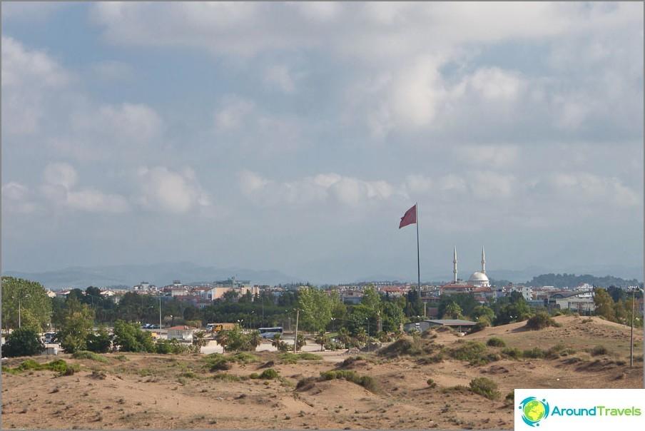 Kaukana lippu ja moskeija