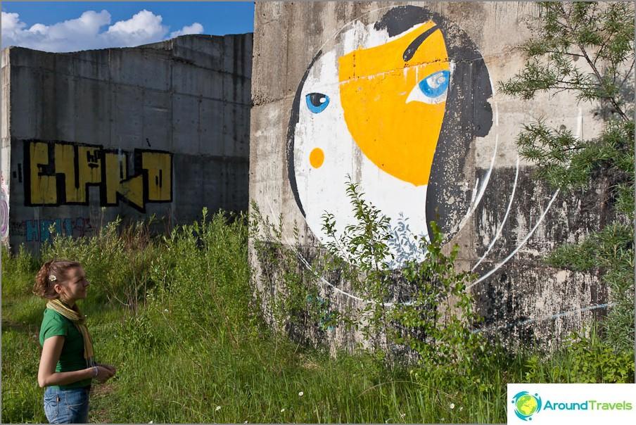 Hauska graffiti seinillä