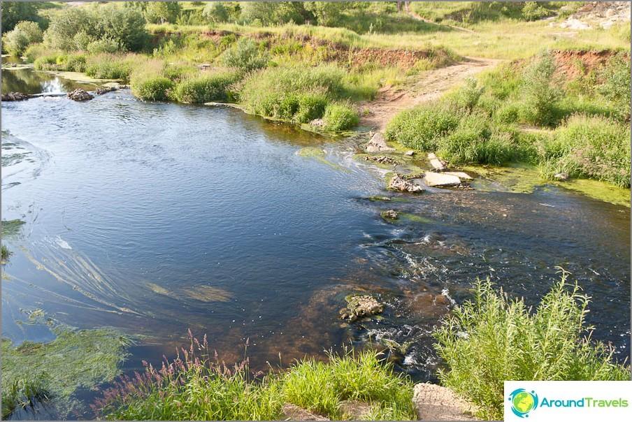 Joki virtaa lähellä, visuaalisesti riittävän puhdas