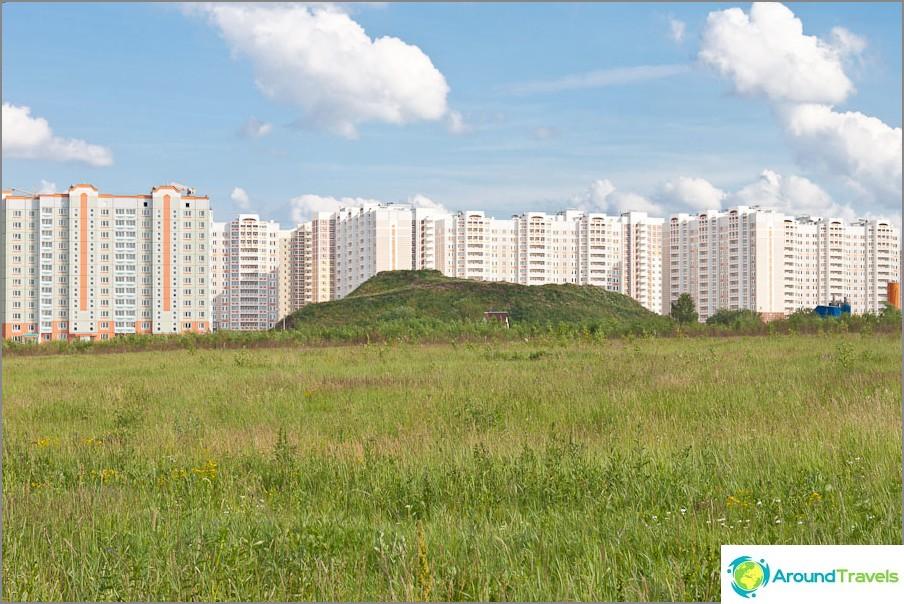 Uusi Kuznechiki-alue Podolskissa ja talojen välinen kukkula
