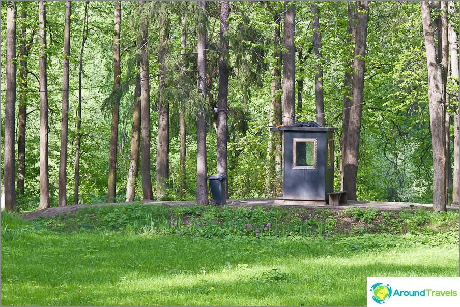 Puiston vartiointihuoneen keskellä