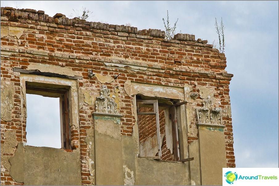 Дървените рамки все още скърцат на някои прозорци