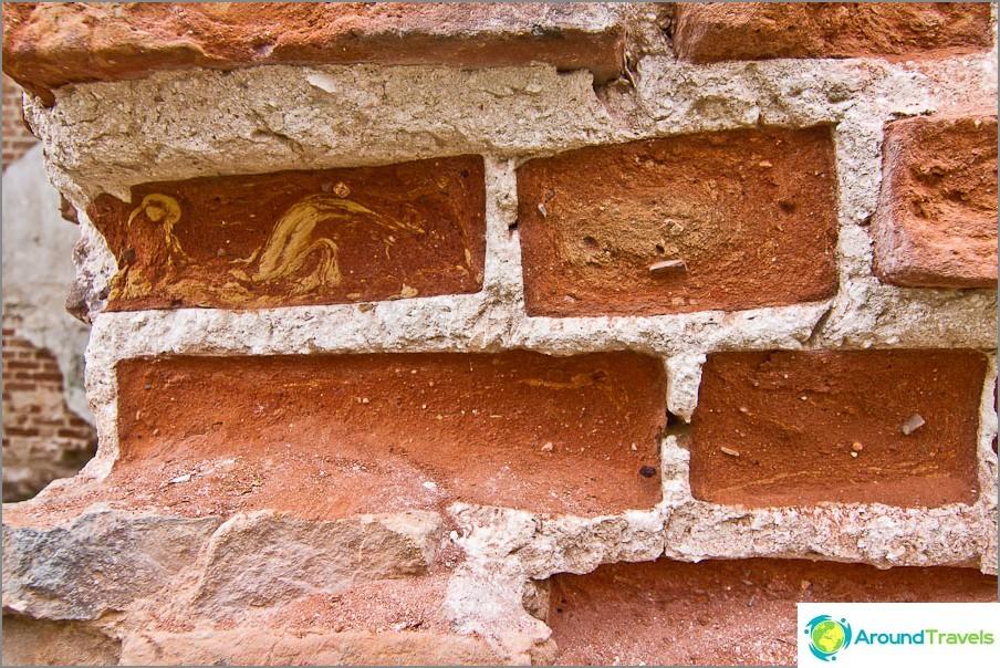 Тухла буквално се измива от стените