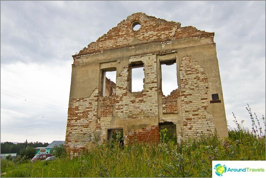 Останките на една от четирите постройки