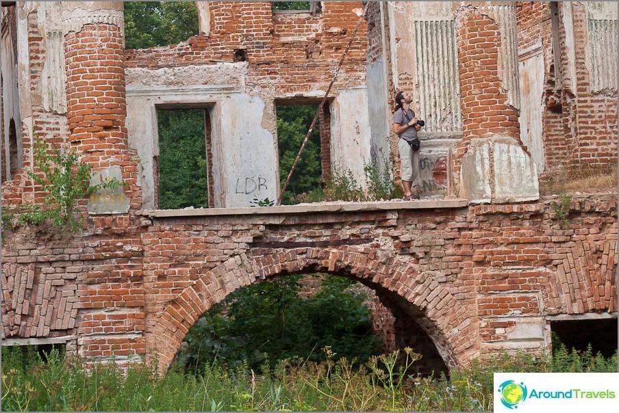 Вървя по един от балконите, гледам отблизо