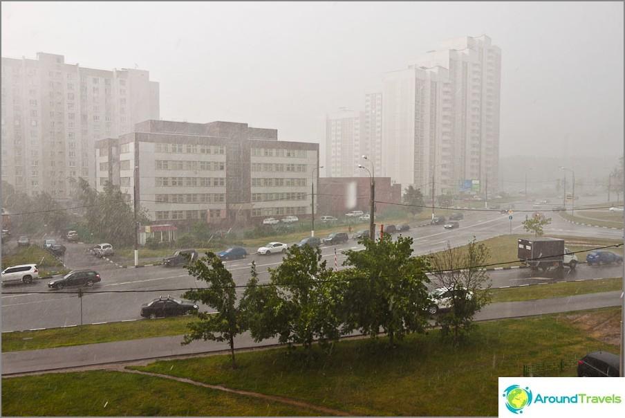 Тропически дъжд в Москва