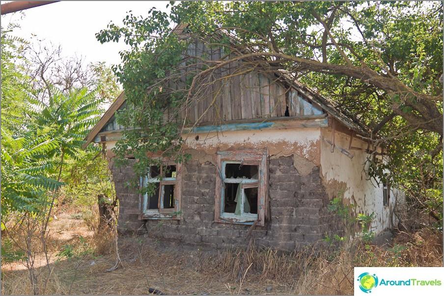 Изоставени къщи в кръстовището на Ясенски