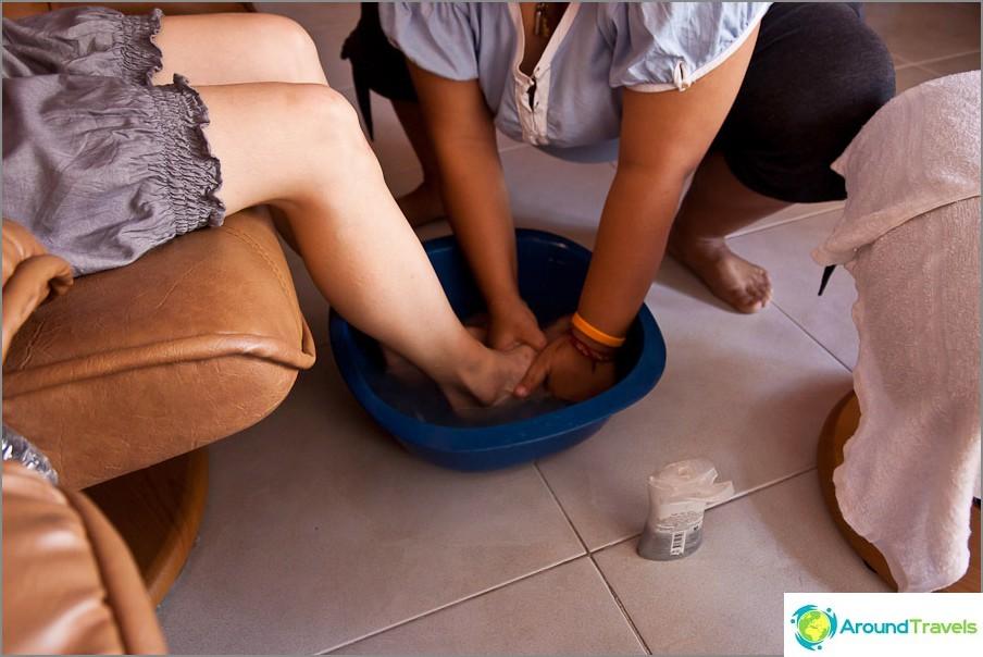 Ensimmäinen jalkahierontamenetelmä - jalkojen pesu