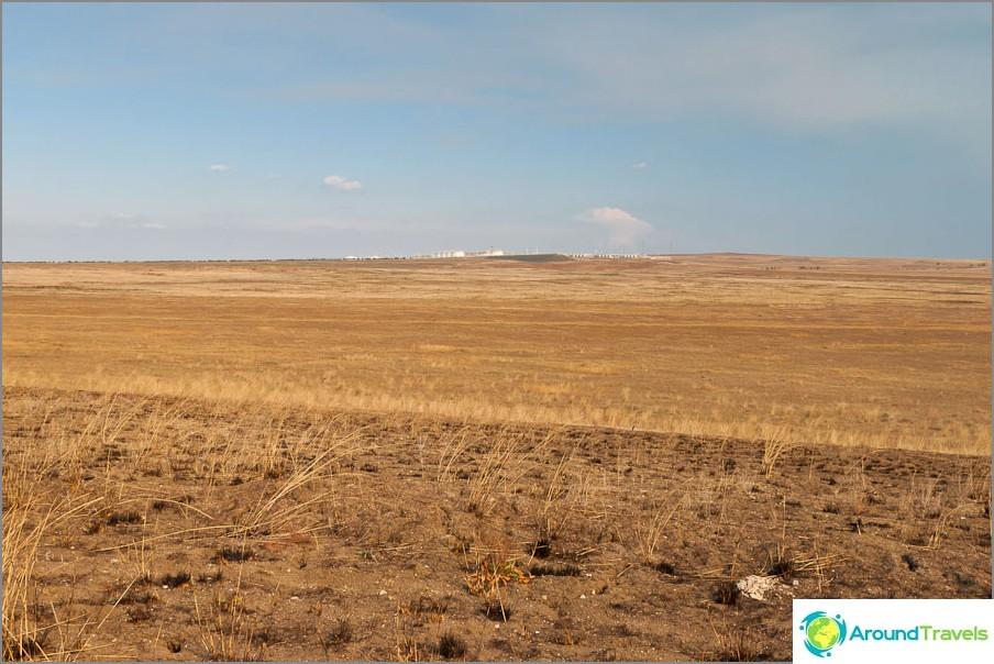 В далечината се вижда нефтената рафинерия