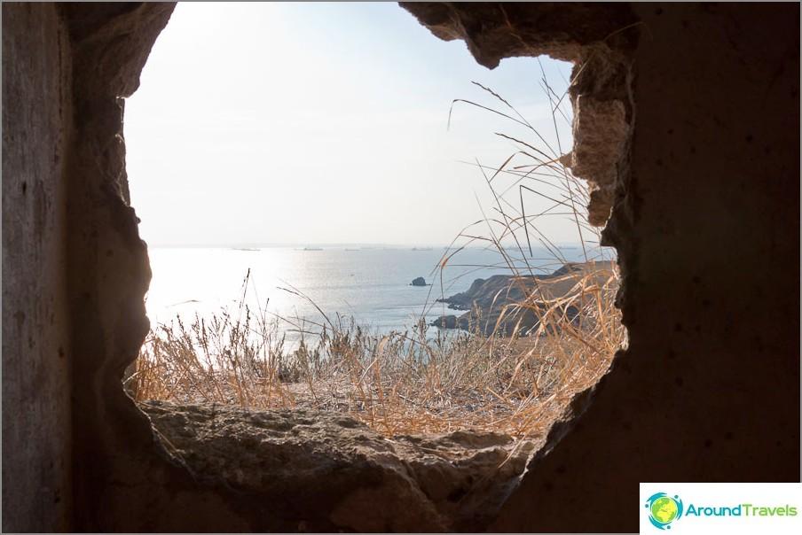 От счупената стена се вижда морето