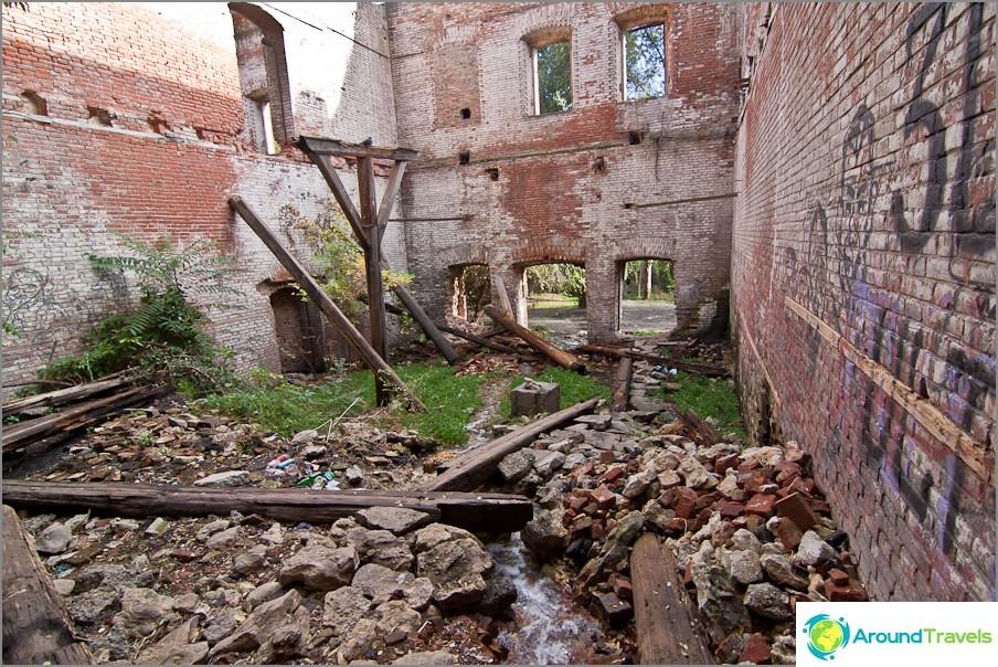 Paramonovsky-varastojen raunioiden sisäpuolella