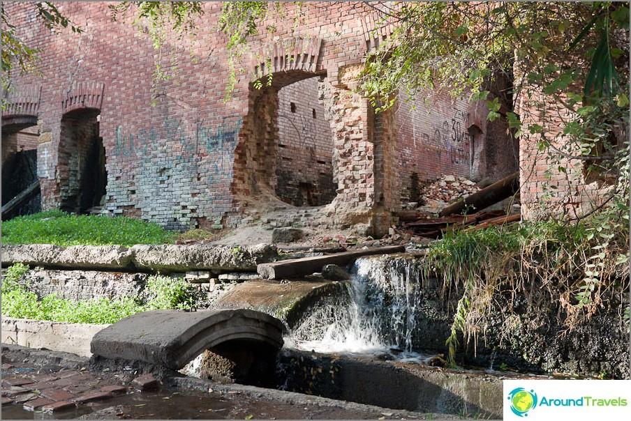 Mini vesiputouksia raunioissa