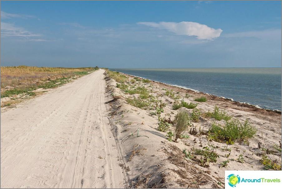 Пътят понякога върви направо по брега