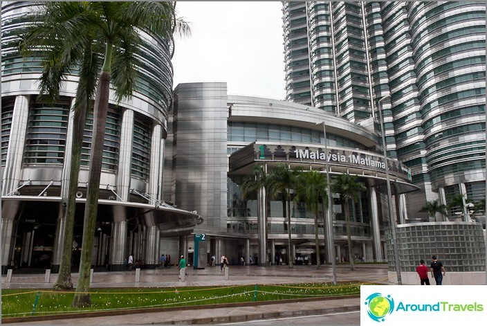 Ostoskeskus Petronas-tornien alaosassa