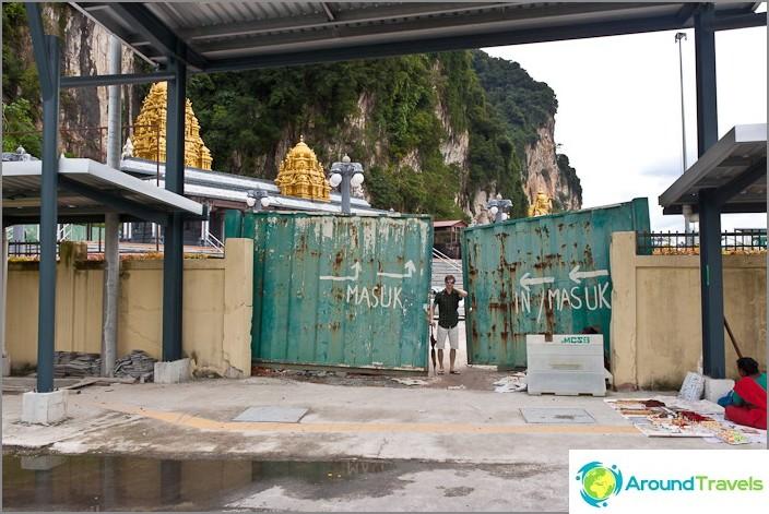 Незабележим вход на територията на пещерите Бату