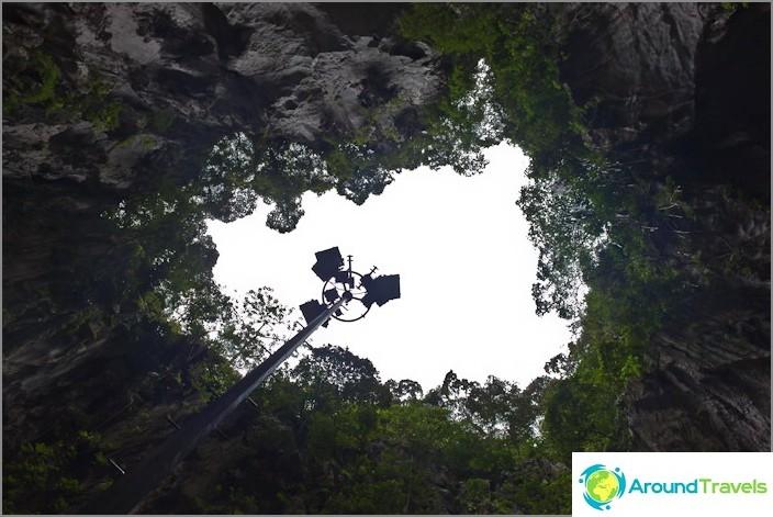 Пещерите Бату - погледнете нагоре