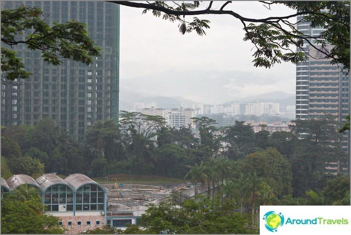 Näkymä tornin juuresta Bukit Nanasiin ja kaupunkiin