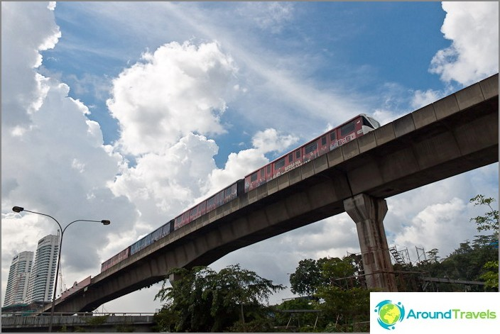 Metro Kuala Lumpuriin taivaan alla