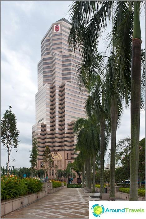 Pilvenpiirtäjät ja palmuja