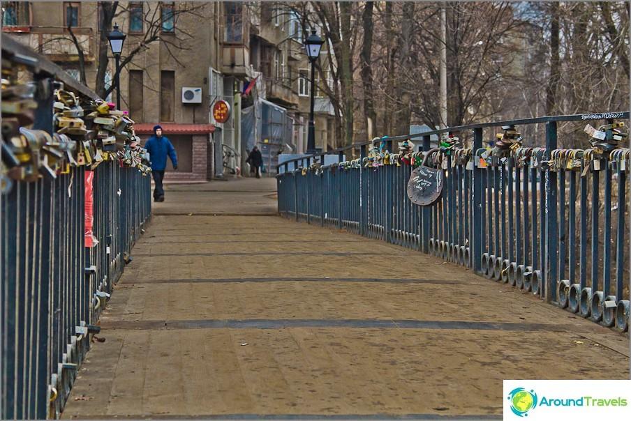 Окачването на брави на моста се превърна в традиция във всяка страна.