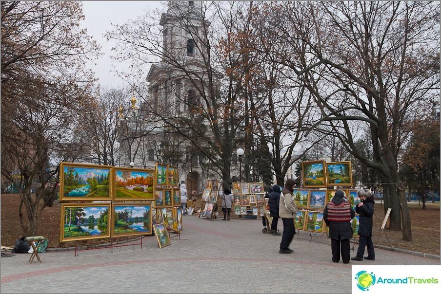 Вернисаж близо до катедралата Успение Богородично