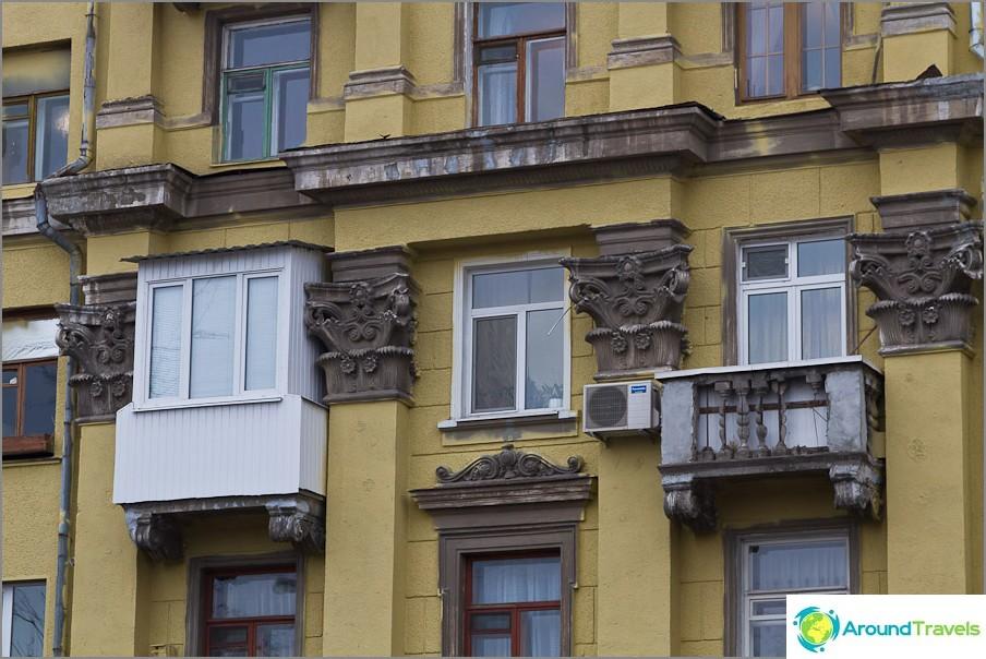 Пластмасовата облицовка не се комбинира особено с останалата част от архитектурата
