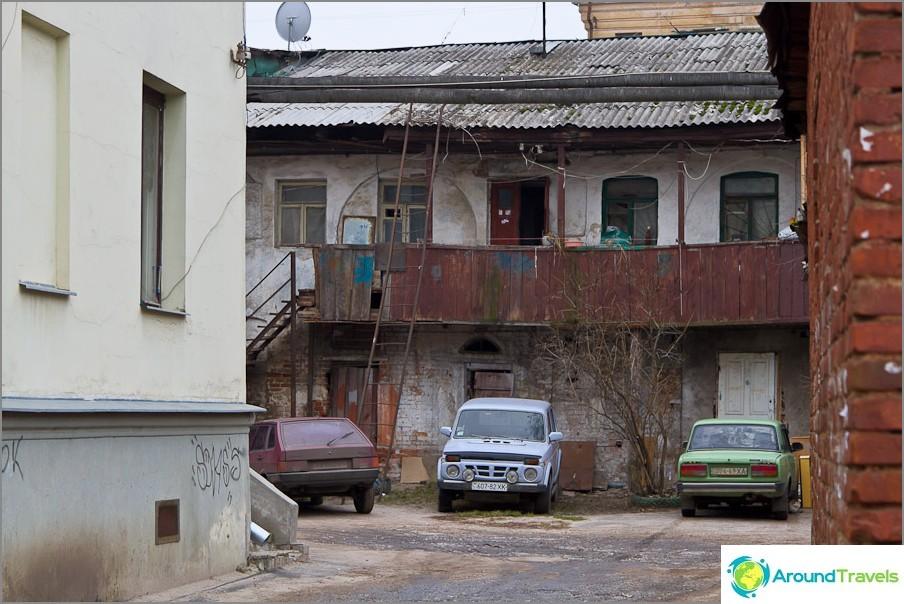 Един от дворовете на града