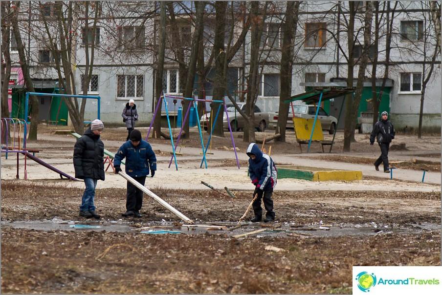 Децата играят на двора