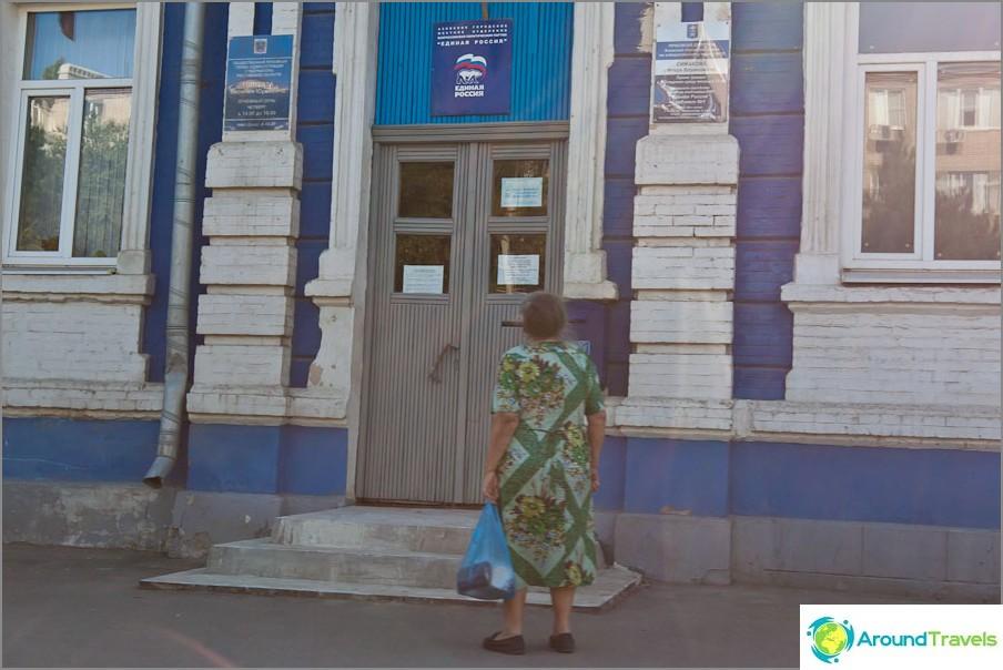 Nainen ajatellut EDR-merkin edessä