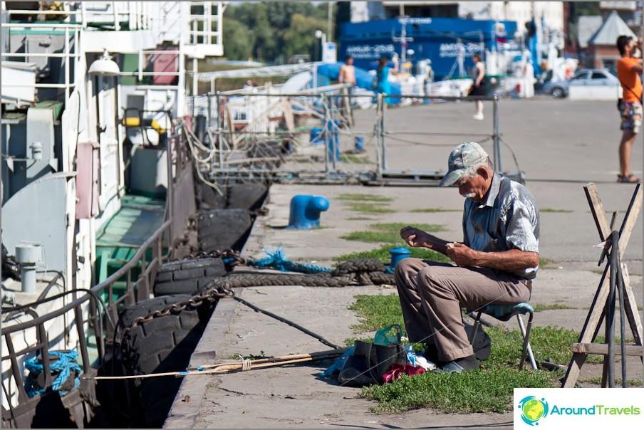 Kalastaja hopeapaidassa Azovin laiturilla