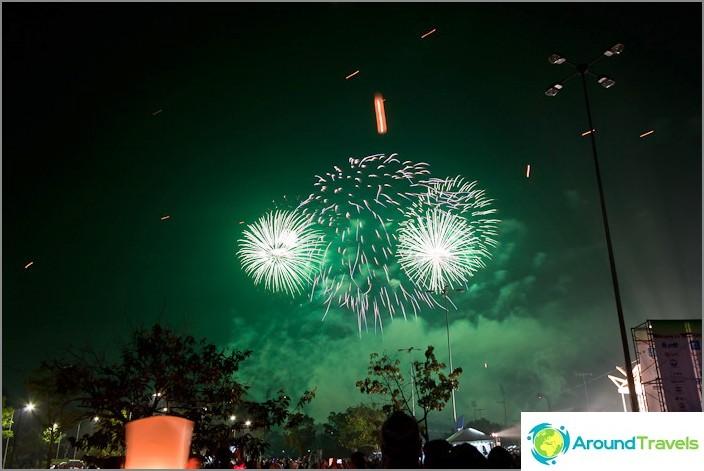 Ilotulitus uutta vuotta Thaimaassa