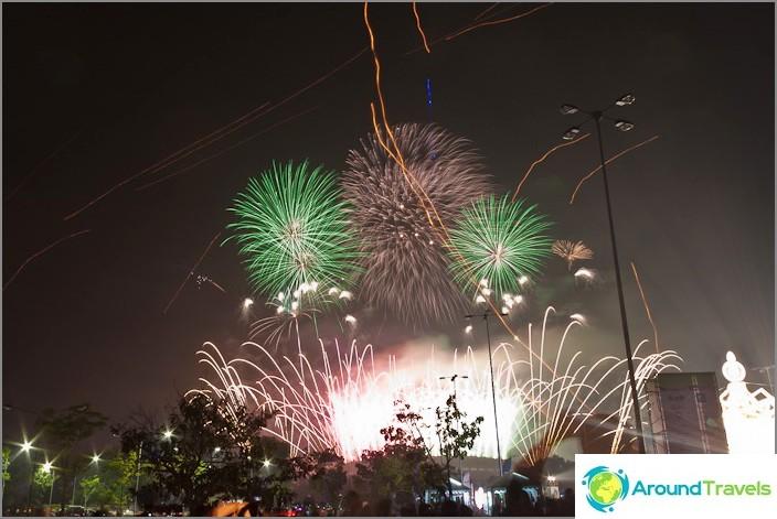 Ilotulitus uudenvuoden taivaalla Thaimaassa