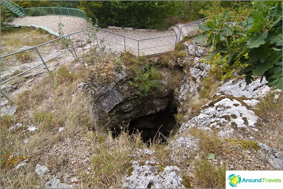 Luonnollinen sisäänkäynti Emine Bair Khosarin luolaan