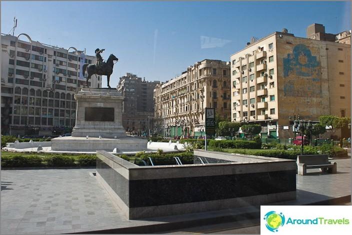 Kairo-valokuva. Egyptin museon edessä oleva aukio.