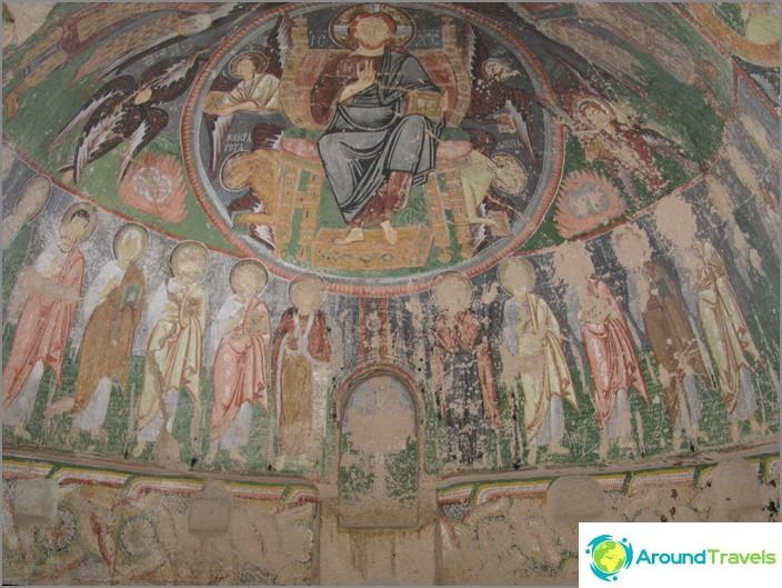 Икони по стените на каменен храм.