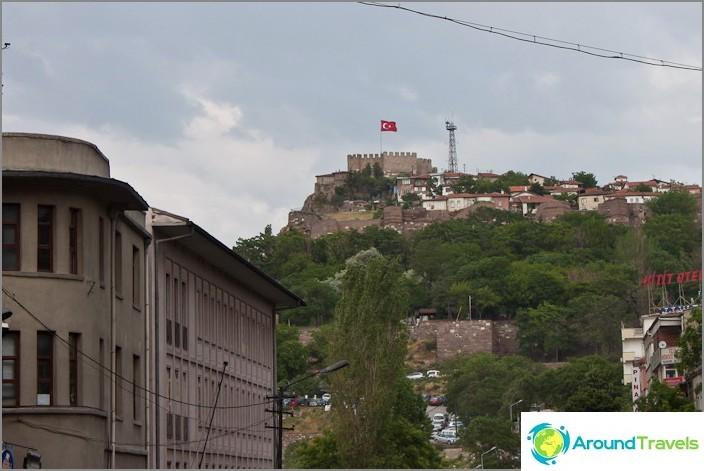 Lippu Ankaran vanhan kaupungin huipulla.