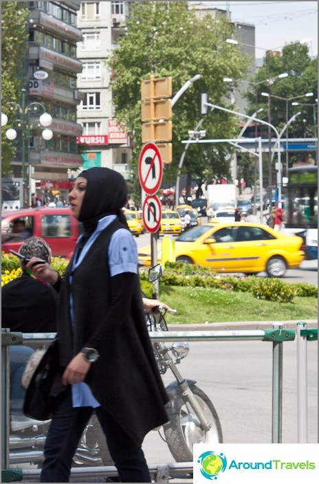 Muodikas turkkilainen nainen hijabissa.