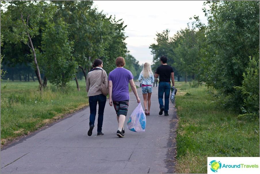 Kaikki kävelevät rauhallisesti