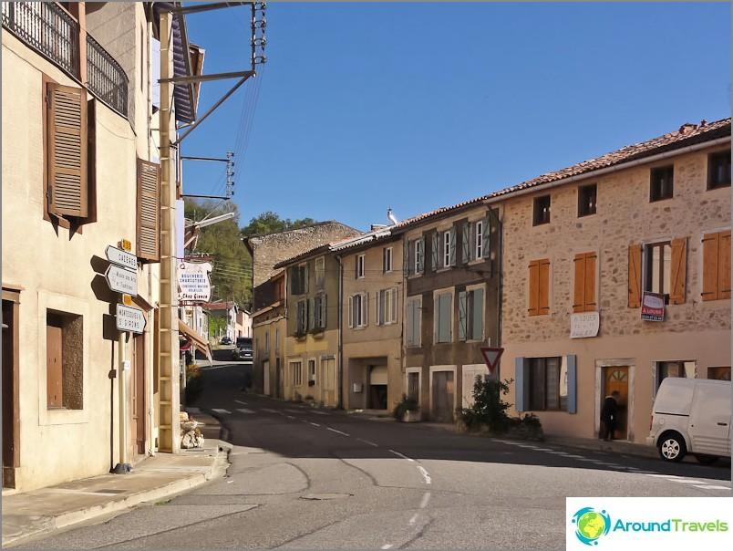 Обикновени улички с играчки на типично френско градче
