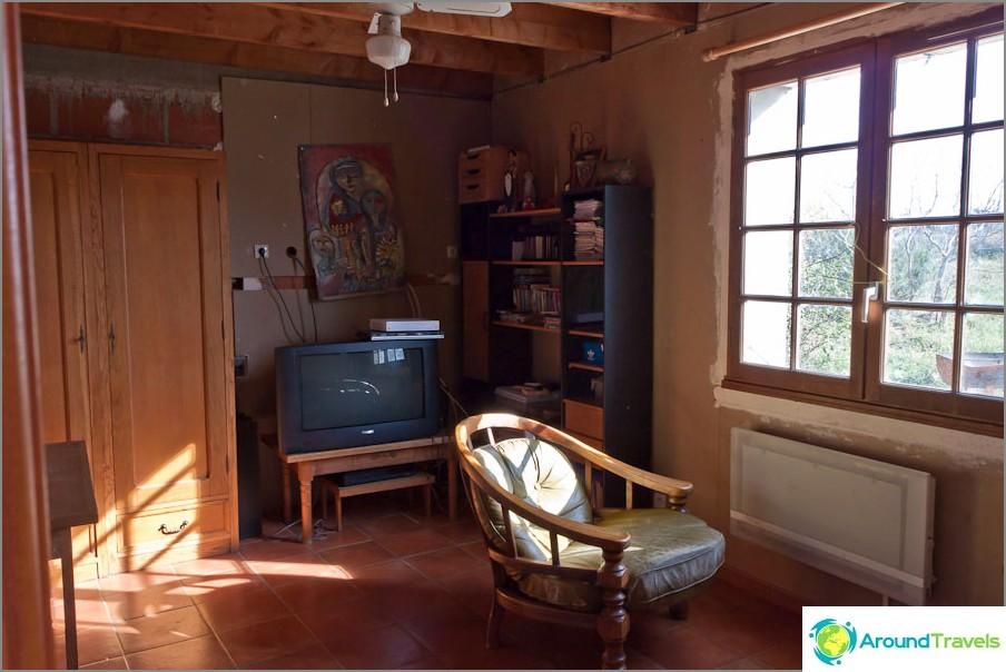Скромна, но комфортно обзаведена стая в една френска къща