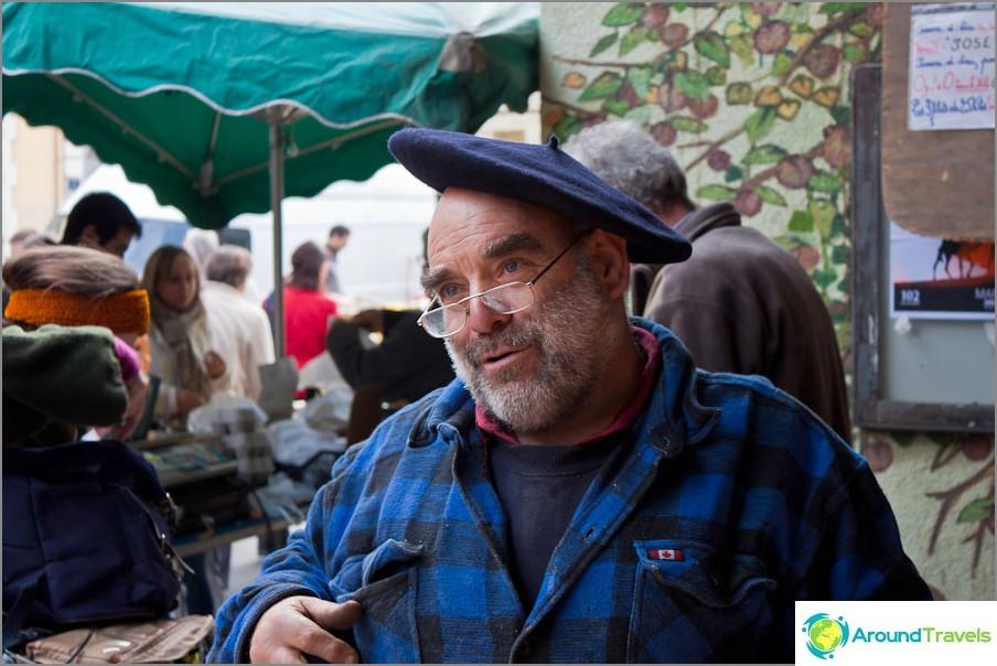 Невероятно усмихнат и приветлив фермер на пазара.
