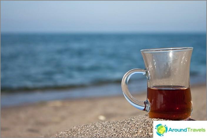 Turkiskt te vid kusten av det turkiska Svarta havet.