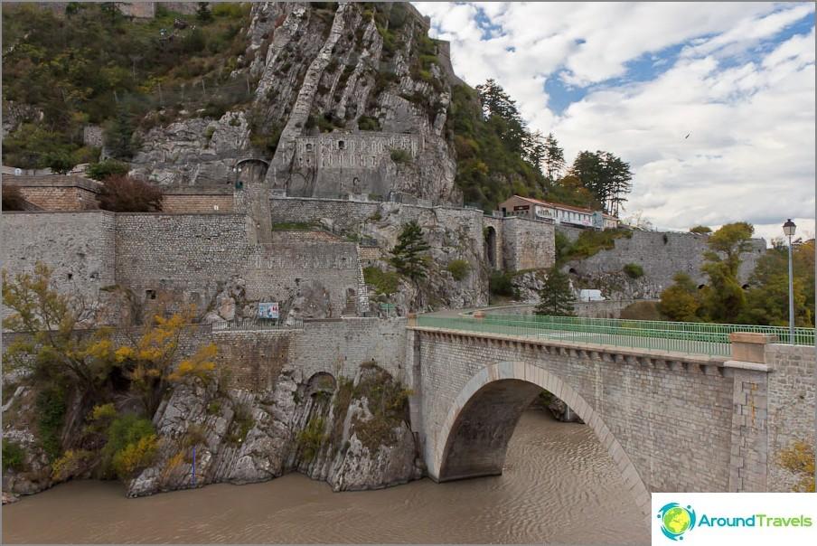 Град в скалите по пътя - Франция