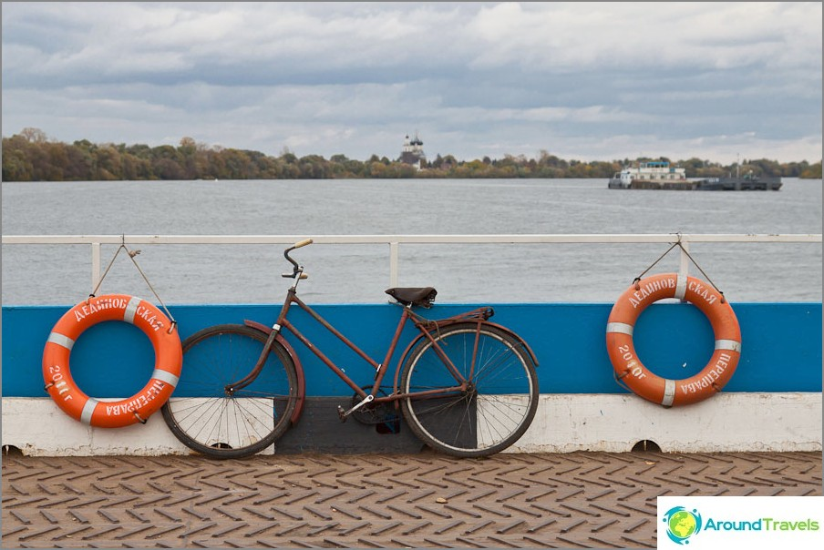 Плаване на ферибот през реката