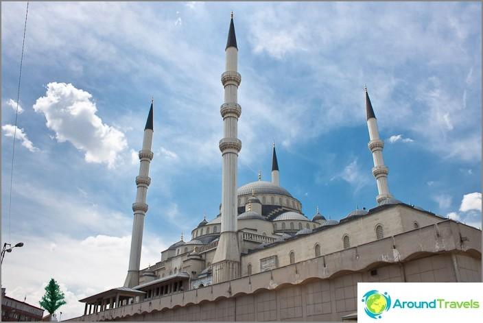 Kojatepen moskeija Ankarassa. Turkki.
