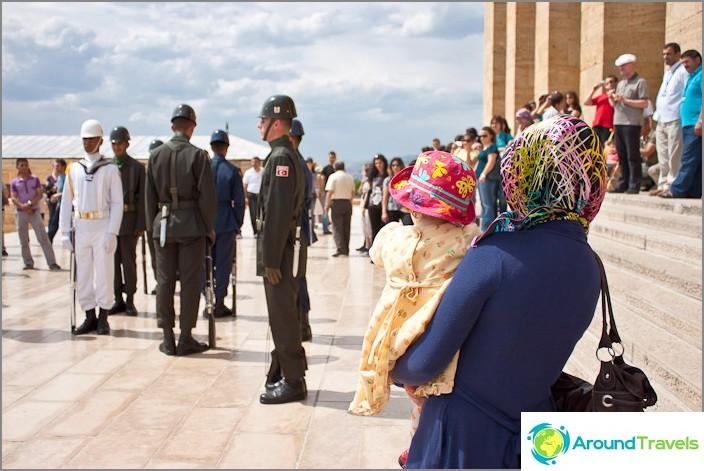 Vartijan vaihtaminen Atatürkin mausoleumissa. Turkki.