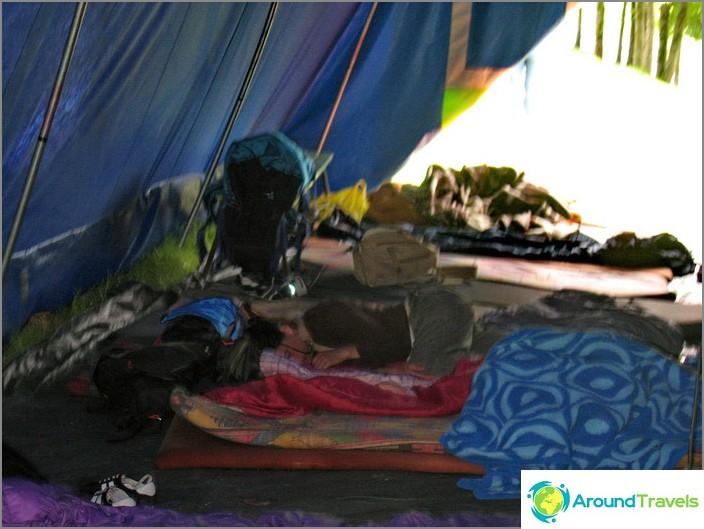 Общата палатка, в която живеехме през втората година.